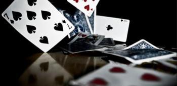 kortlek som faller ned på bord